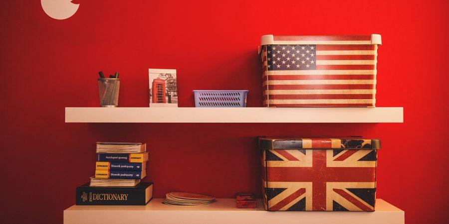 deux étagères avec des boites drapeau américain